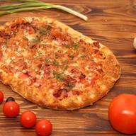 Домашняя пицца с колбасой Фото