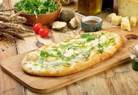 Пицца с грушей и горгонзолой (лодочка) - Фото