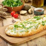 Пицца с грушей и горгонзолой (лодочка) Фото