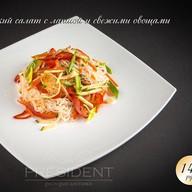 Тайский салат с лапшой и свежими Фото