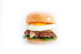 Бургер с говядиной и яйцом - Фото