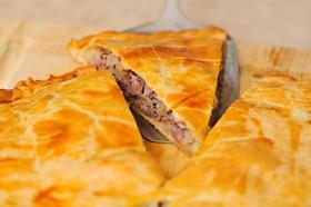 Слоеный пирог с мясом и картофелем - Фото