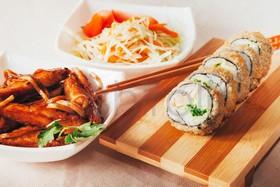 Лапша + ролл темпура + салат - Фото