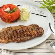 Стейк из говядины с томатом и розмарином Фото