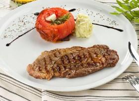 Стейк из говядины с томатом и розмарином - Фото