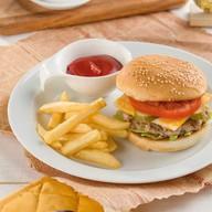 Бургер с картошкой фри Фото