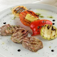 Медальоны из свинины с овощами-гриль Фото
