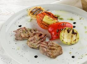 Медальоны из свинины с овощами-гриль - Фото