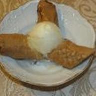 Жареные бананы с карамелью и мороженым Фото