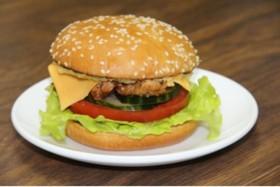 Бургер с курицей и соусом цезарь - Фото