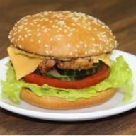Бургер с курицей и соусом цезарь Фото