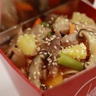 Лапша, свинина, ананас, шиитаке Фото