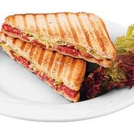 Сендвич с охотничьими колбасками Фото