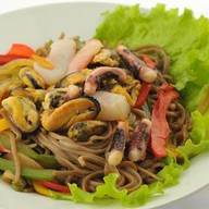 Гречневая лапша с морепродуктами в устри Фото
