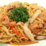 Рисовая лапша с морепродуктами в устричн Фото