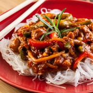 Рисовая лапша с курицей в соусе карри и Фото