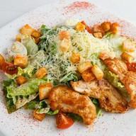 Цезарь с курочкой гриль салат Фото