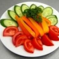 Овощное ассорти со свежей зеленью Фото