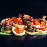 Теплый салат с кальмарами и грибами Фото