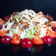 Салат с курицей и виноградом Фото