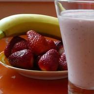 Молочный коктейль банан+клубника Фото