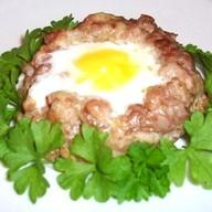 Яйцо в мясной шубке Фото