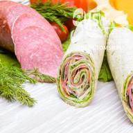 Сендвич-ролл с салями Фото