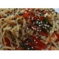 Wok с рисом курицей и овощами Фото