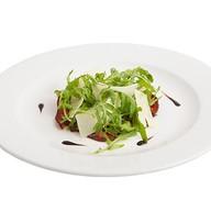Карпаччо из говядины с салатом Ру Фото