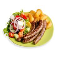 Тарелка с колбасками из говядины Фото