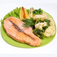 Стейк из форели с овощами Фото