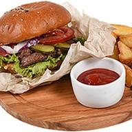 Чизбургер из говядины с картофелем фри Фото