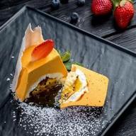 Тропическое пирожное с манго и маракуйей Фото