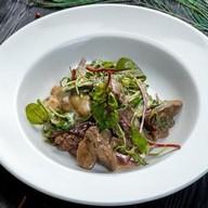 Салат с куриной печенью и грушей Фото
