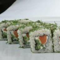 Ролл с лососем и зеленью Фото