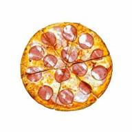 Пицца с ветчиной и колбасой Фото