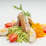 Шеф - салат с курицей и свежими о Фото