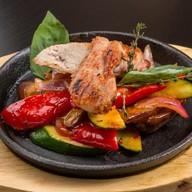Куриный стейк с овощами гриль Фото
