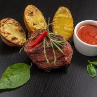Бифштекс с запеченным картофелем Фото