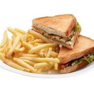 Сэндвич с курицей, беконом и яйцом + фри Фото