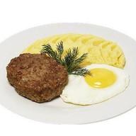Бифштекс с яйцом и картофельным пюре Фото