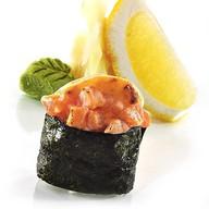 Гункан с лососем (острый) Фото