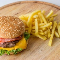 Чизбургер с картофелем фри Фото