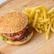 Гамбургер с говядиной и картофелем фри Фото