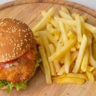 Чикенбургер с картофелем фри Фото