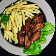 Крылышки барбекю и картофель фри Фото