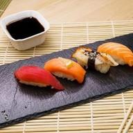 Суши с копчёным лососем Фото