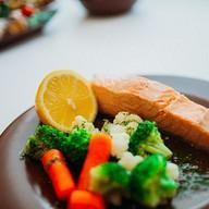 Стейк лосося на пару с овощами Фото