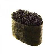 Суши с черной икрой тобико Фото