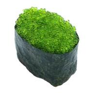 Суши с зеленой икрой тобико Фото